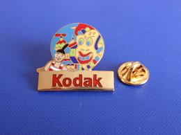 Pin's Kodak - Toutes Les Couleurs Du Monde - Les 5 Continents - Charlie Asie - Dragon (YE1) - Photography