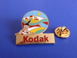 Pin's Kodak - Toutes Les Couleurs Du Monde - Les 5 Continents - Charlie Europe - Village église (YE2) - Photography