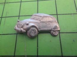 210c Pin's Pins / Beau Et Rare / THEME AUTOMOBILES : EN METAL BLANC CITROEN 2 CV DEUDEUCHE EN RELIEF - Citroën