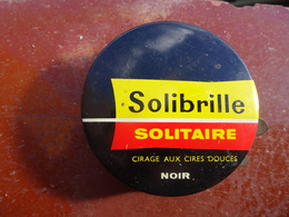 Publicité Boîte De Cirage Ancienne En Métal Solibrille Solitaire Cirage Aux Cires Douces Noir, Contient Encore Du Cirage - Boxes