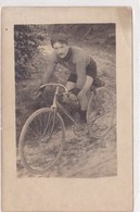 Carte Photo Jeune Homme En Tenue Cycliste Sur Velo De Course Debut 1900 - Ciclismo