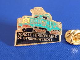 Pin's SNCF - Cercle Ferroviaire De Stiring Wendel - Ancienne Locomotive Crocodile (QB4) - Transportation