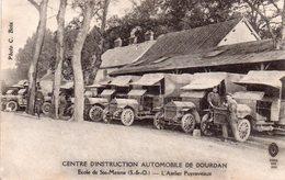 CPA, Centre D'instruction Automobile De Dourdan, école De Ste Mesme, L'atelier Puyraveaux, Joli Plan De Camions Militair - War 1914-18