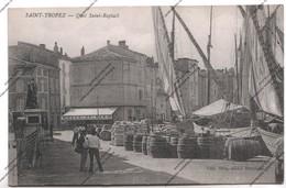 Belle CPA SAINT-TROPEZ (83) - Quai Saint Raphaël - Déchargement Barriques Navires Marchands - Saint-Tropez