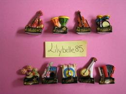 Serie Complète De 9 Fèves En Porcelaine - EN MUSIQUE - 2010 ( Feve Miniature Figurine ) - Charms