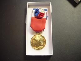 """Médaille République Française : """"Honneur - Travail"""" - France"""