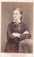 ANTIQUE CDV PHOTO - LADY WITH FOLDED ARMS.  COLCHESTER STUDIO - Photographs