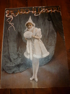 édit. Origine 1895 Rare Plaque Publicitaire Du FIGARO ILLUSTRÉ 52cm X 32cm :Litho: Belle Jeune Fille , Signature En Bas - Targhe Di Cartone
