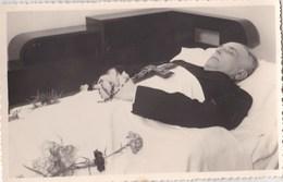 Photo Post Mortem  : Homme Sur Son Lit De Mort  Chapelet Et Croix En Main - Personnes Anonymes