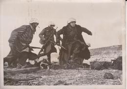 DEUTSCHE INFANTERISTEN GREIFEN AN    1942   KNODLER ATLANTIC   FOTO DE PRESSE - Guerra, Militares