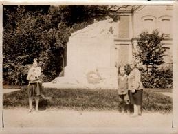 Photo Originale Famille Sans Le Père Posant Devant Un Monument Aux Morts De La Guerre 1914/18 Vers 1920 - Objetos