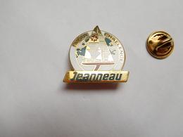 Superbe Pin's En EGF , Marine Bateau Voilier , Globe Challenge , Transat , Jeanneau , Non Signé - Barcos