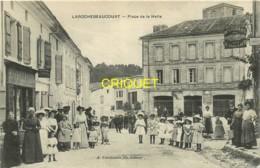 24 Larochebeaucourt, Place De La Halle, Belle Animation Avec Les Familles, Cliché Pas Courant - Autres Communes