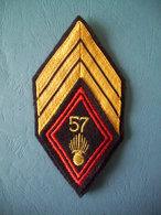 LOSANGE DE BRAS MODELE 1945 / 57° REGIMENT D'INFANTERIE / SOUS-OFFICIER / SERGENT-CHEF - Armée De Terre