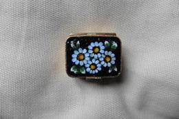 Boite à Pilules Ancienne Dorée Rectangulaire En Micro-mosaique De Venise Italie Millefiori Noire Motif Fleurs Bleu Ciel - Boxes