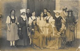 F - Troupe De Théâtre (avec Le Curé) à Identifier - Alsace, Sélestat, Scherwiller (?) - Carte-photo Non Circulée - Postcards
