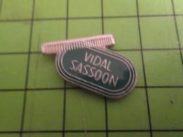 915c Pin's Pins / Beau Et Rare / THEME MARQUES : SALON DE COIFFURE PEIGNE SHAMPOING VIDAL SASSOON - Photography