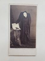 """Ancienne Photo Mise En Scène D'un Costume Sans Corps Tenant Un Journal """"L'Office De Publicité"""" - Ghemar Fr. - Vers 1860 - Photos"""