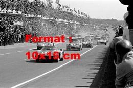 Reproduction D'une Photographie Ancienne D'une Ferrari 250 LM En Tête Aux 24 Heures Du Mans De 1964 - Reproductions