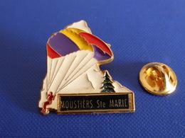 Pin's Moustiers Ste Sainte Marie - Parachutisme Montagne - Zamac Martineau (PU65) - Paracaidismo