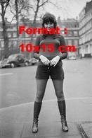 Reproduction D'une Photographie Ancienne De Lindaz Ronstadt Short Court, Bas Noirs Et Hautes Bottes En Cuir 1971 - Reproductions