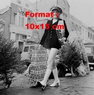 Reproduction D'une Photographie Ancienne De Anne Aston En Tenue Courte Et Bottes Blanches Avec Des Achats De Noel 1971 - Reproductions