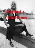 Reproduction D'une Photographie Ancienne De Ann Holloway Robe Ouverte Au Milieu Et Avec Des Bottes En Cuir En 1970 - Reproductions