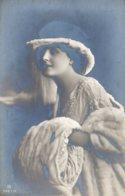 [DC7949] CPA - DONNE - CAPPELLO - Non Viaggiata - Old Postcard - Femmes