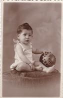 BEBE BABY & BALOON PELOTA VINTAGE POSTCARD. LAPEYRIESE HNOS FOTO. CIRCA 1920s-BLEUP - Fotografie