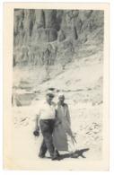 """Egypte. Carte Photo. Egyptologue ? """"A Thèbes, Devant Le Temple De La Reine Hatshepsout à Deir El Bahari""""  (4715) - Non Classificati"""