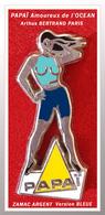 SUPER PIN'S Arthus BERTRAND : PAPAÏ, PIN-UPSpour Les AMOUREUX De L'OCEAN, Version Tenue BLEUE, ZAMAC ARGENT 3,7X1,7 - Pin-ups