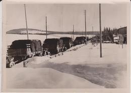 EINE FAHRKOLONNE AUF DEM MARCH DURCH EINE NORWISCHE ORTSCHAFT  NORWAY    FOTO DE PRESSE - Guerra, Militares