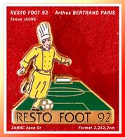 SUPER PIN'S RESTO-FOOT Arthus BERTRAND : Version Tenue CUISINIER JAUNE Pour RESTO-FOOT 92 En ZAMAC Or, 2,2X2,2cm - Arthus Bertrand