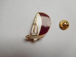Superbe Pin's En EGF , Marine Bateau Voilier , Sun First , Jeanneau - Bateaux