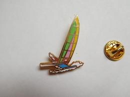 Superbe Pin's En EGF , Marine Bateau Voilier , Trimaran , Transat ,  Signé Tablo Paris - Boats