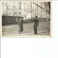 PHOTO DE PRESSE 18X13  AVION MODELE REDUIT PORTE PAR DEUX HOMMES - Aviation