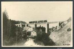 Photo Cartonné - Viaduc De Quinquenna - Machine Raismes Et Nouvelles Voitures à Bogies - CF Vicinaux Du Jura - Trains