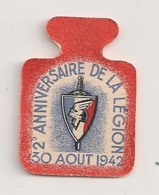 EPINGLETTE / INSIGNE CARTON / 2EME ANNIVERSSIARE DE LA LEGION FRANCAISE DES COMBATTANTS 30 AOUT 1942 / PETAIN   B609 - Militaria