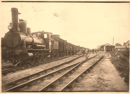 Doué La Fontaine - Photo Ancienne - La Gare - Train Locomotive Gros Plan ! - Militaires - Ligne Chemin De Fer - AA136 - Doue La Fontaine