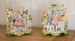 Groupe De 2 Statuettes En Porcelaine Biscuit Polychrome - Céramiques