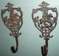 Lot De 2 Crochets Porte-??? En Bronze, St Saint-Georges Et Le Dragon, Lydda - Bronzes