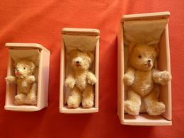 Un Ensemble De 3 Anciens Oursons En Peluche, Avec 3 Lits, 3 Chaises Et Une Table - Ours