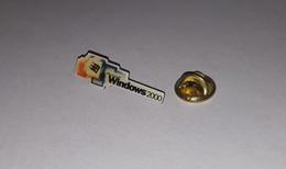 Pin's Informatique / Microsoft Windows 2000 (époxy) Longueur: 3 Cm - Computers