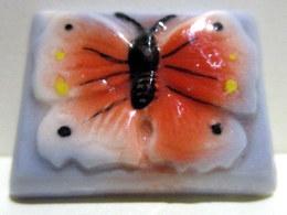 Fève Ancienne Brillante Plate - Joli Papillon Sur Socle Mauve - Anciennes