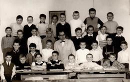 Photo Originale Scolaire - Photo De Classe De Garçons & Maître Au Centre Vers 1960/70 - Rigolade & Instituteur Dépassé - Anonyme Personen