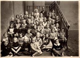 Photo Originale Scolaire - Photo De Classe De Filles Sages & Maîtresse Vers 1940/50 Sur Les Marches De L'école - Personnes Anonymes