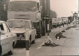 AALTER  FOTO 1973 - 74  18 X 13 CM -  BARIKADE VAK AALTER OOSTENDE - EEN BEETJE GEDULD AUB - Aalter