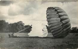 MILITARIA PARACHUTISME - Carte Photo D'un Atterissage De Parachute Aux Alentours De CHAVILLE Années 1940 - Paracaidismo