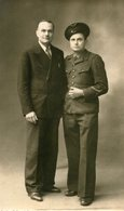 Militaria Militaire Carte Photo D'un Soldat Semble Aviateur Grosse Casquette à Nîmes Le 19 Octobre 1942 Avec Son Père ? - Characters