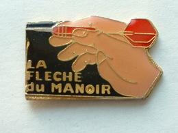 PIN'S FLECHETTE - DARTS - LA FLECHE DU MANOIR - Badges